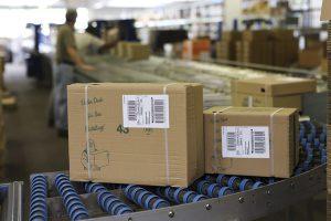 Jedes Produkt, jeder Karton erhält per Etikettendruckspender das richtige Etikett, sodass es weniger Retouren aufgrund von Fehletikettierungen gibt.